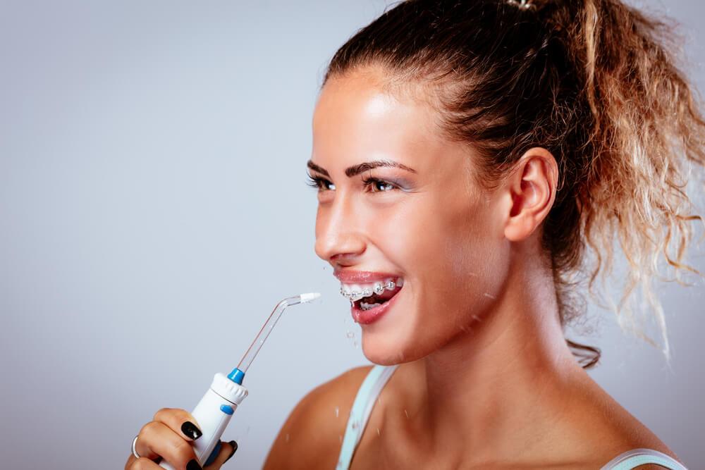 فوائد جهاز تنظيف الاسنان بضغط الماء وأفضل الأنواع أسنان كير كوم